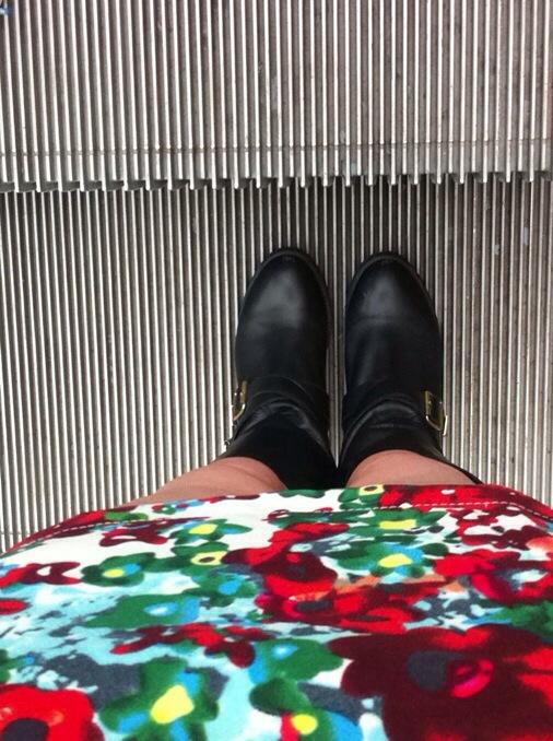 botas moteras con vestido