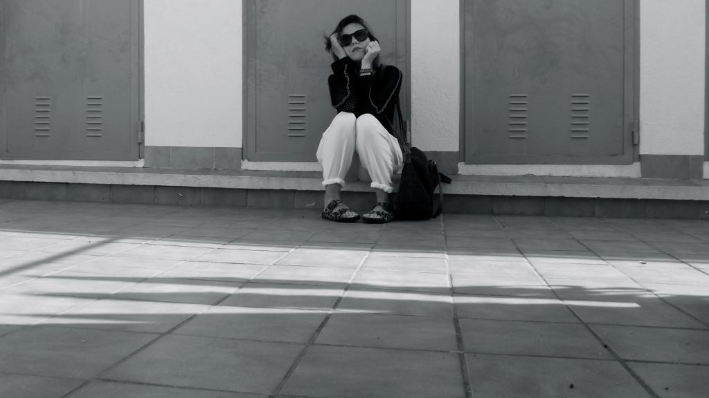 normcore girl blanco y negro