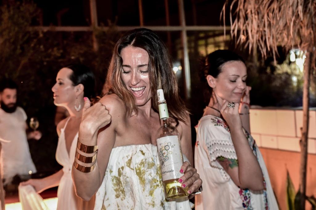 vino afortunado white party beach garden normcore girl influencer spanish blogger
