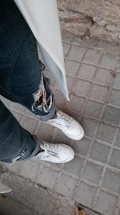 maxi chaleco blanco zara asic tigers ripped jeans camisa anudada normcore girl