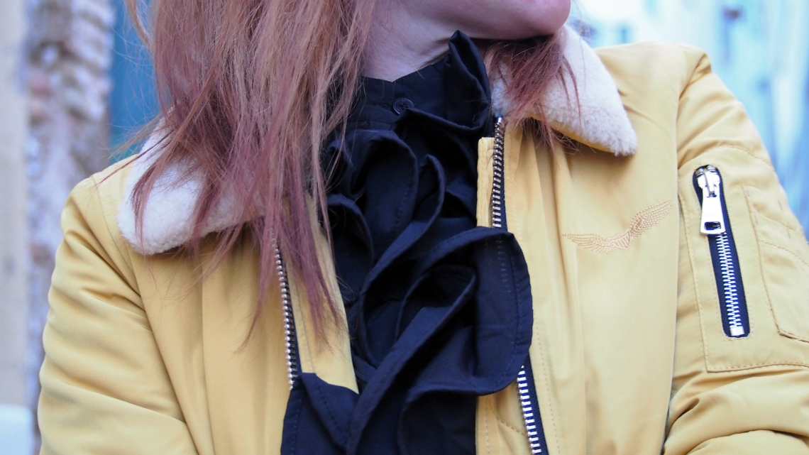 vestido sixty almatrichi y bomber amarilla de cuello de pelo
