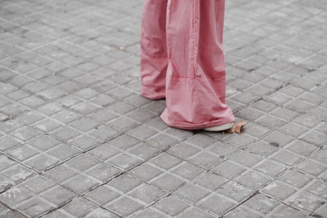 detalle bajo vuelto pantalon ancho