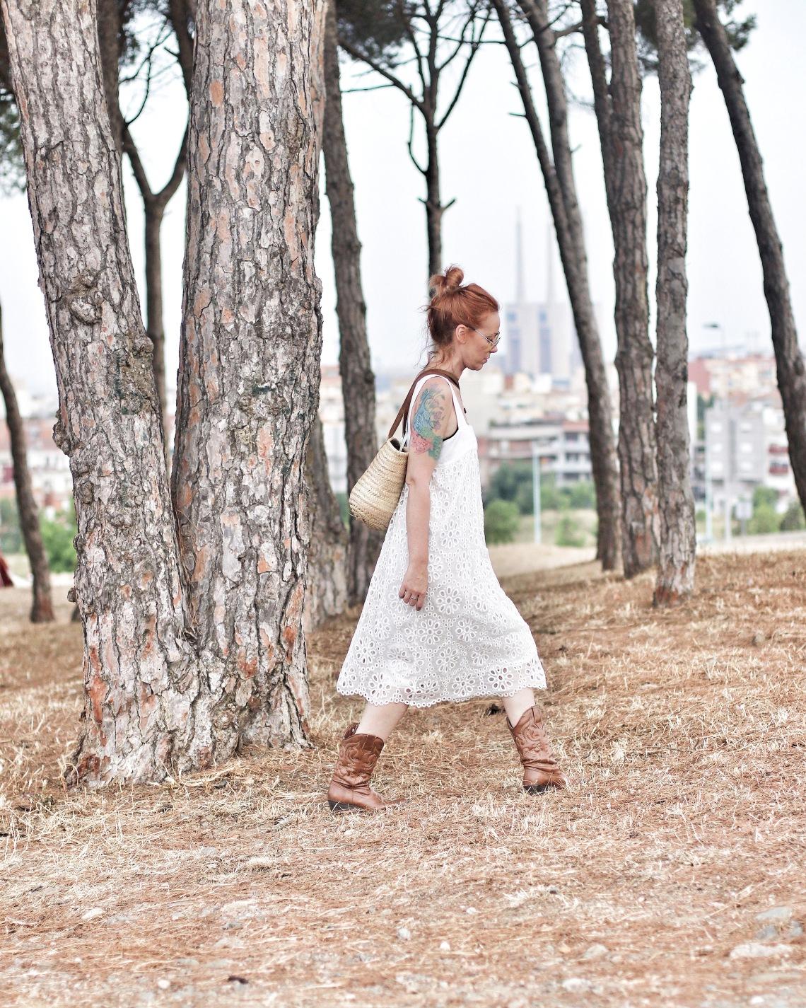 vestido blanco con bolso de mimbre y gafas amarillas redondas arantxa perez normcoregirl 1