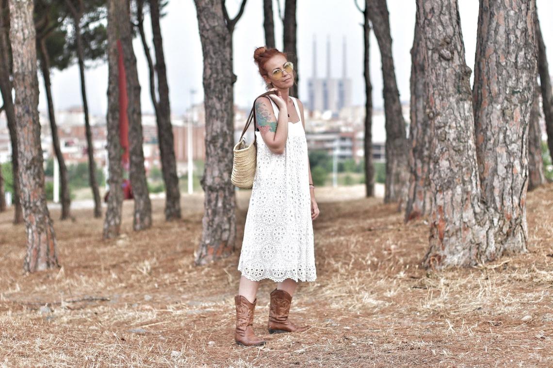 vestido blanco con bolso de mimbre y gafas amarillas redondas arantxa perez normcoregirl3