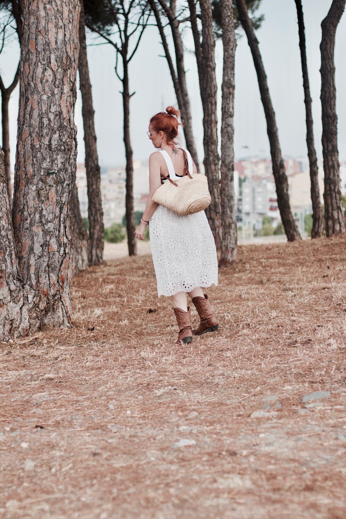 vestido blanco con bolso de mimbre y gafas amarillas redondas arantxa perez normcoregirl4