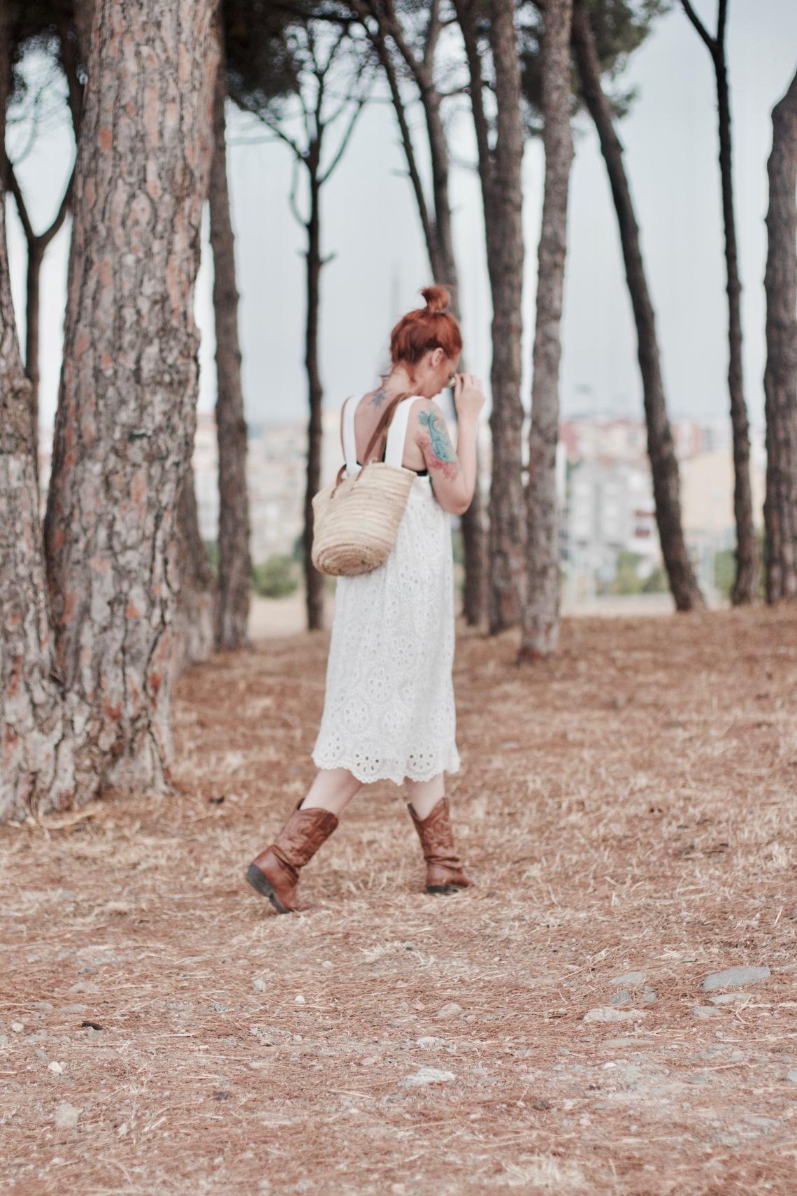 vestido blanco con bolso de mimbre y gafas amarillas redondas arantxa perez normcoregirl5