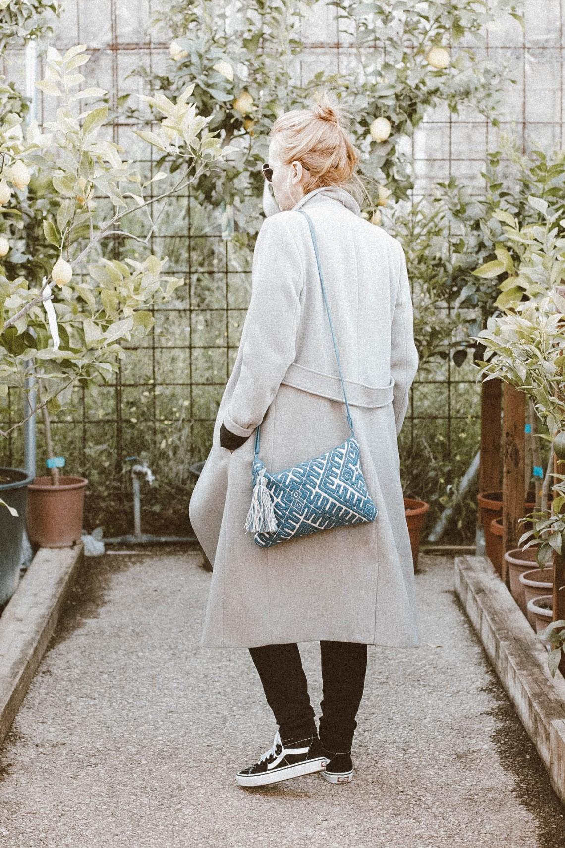 abrigo gris largo, must en el armario blog de moda barcelona