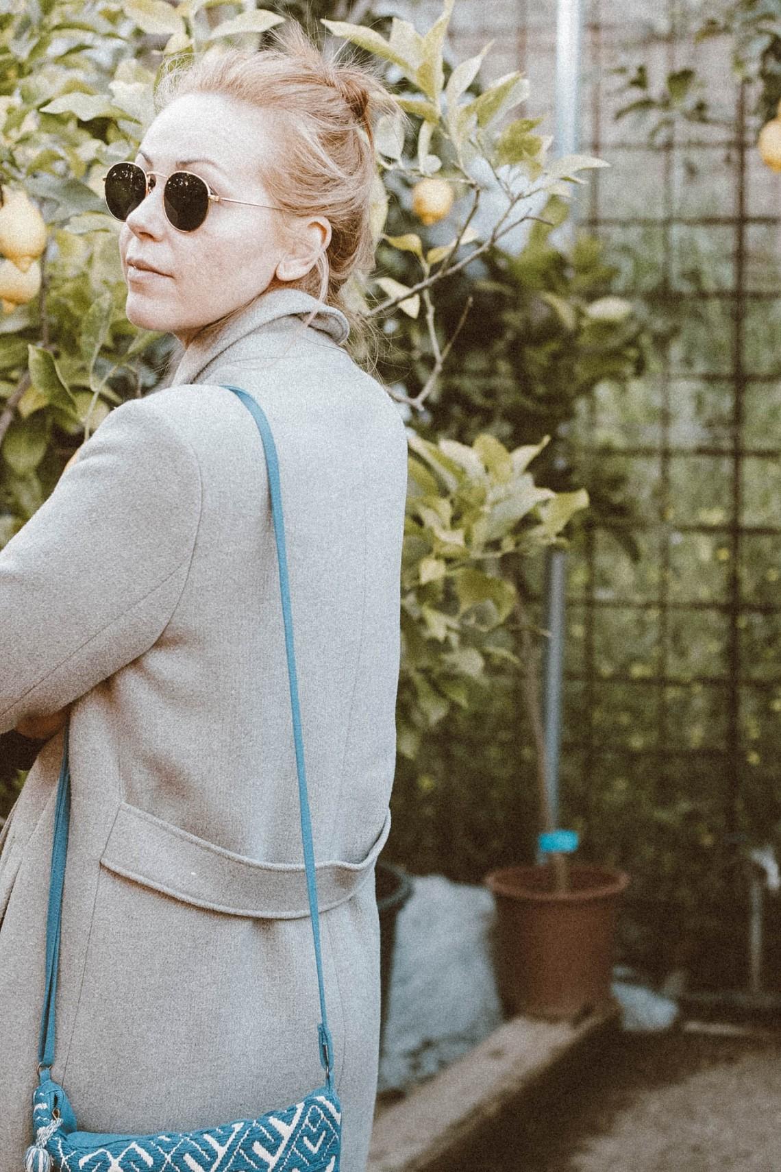abrigo gris largo, must en el armario blog de moda b