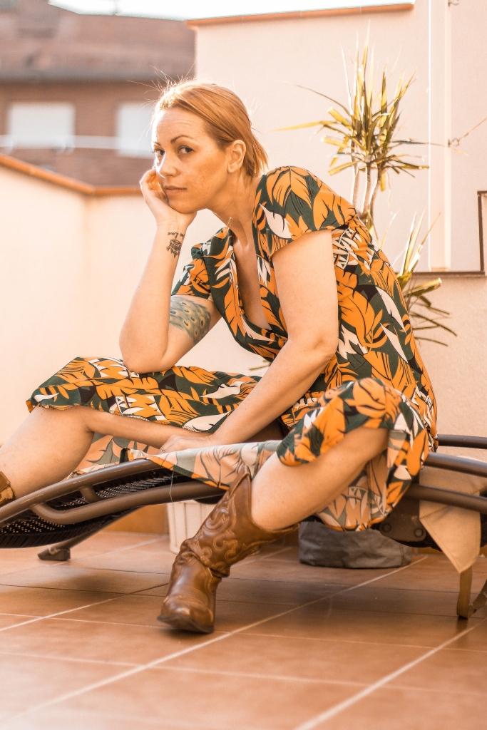 vestido con botas camperas