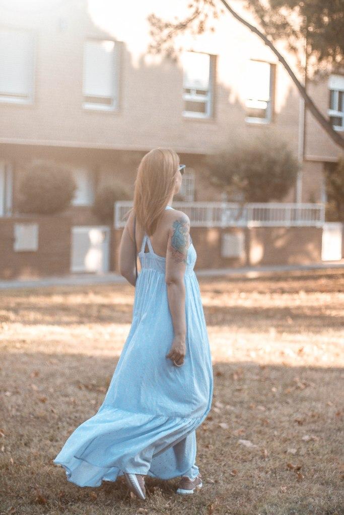 como combinar vestido largo con bambas